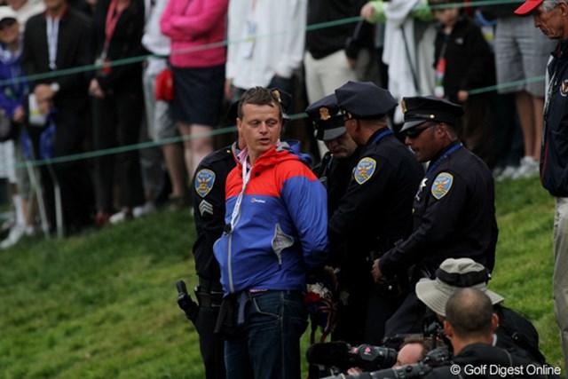 2012年 全米オープン 最終日 酔っ払い 表彰式に乱入した酔っ払いは、即座に取り押さえられました。会場には何人もの警官が警備しています
