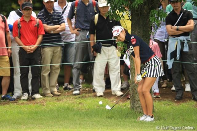 2012年 アース・モンダミンカップ 最終日 木戸愛 12番Par4のティショットは左へ。ボールは木の根元で止まり万事休す。