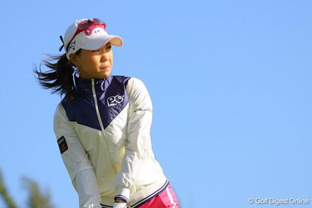 上田桃子 3番ホール、強烈な向かい風の中、ティショットに挑む上田桃子