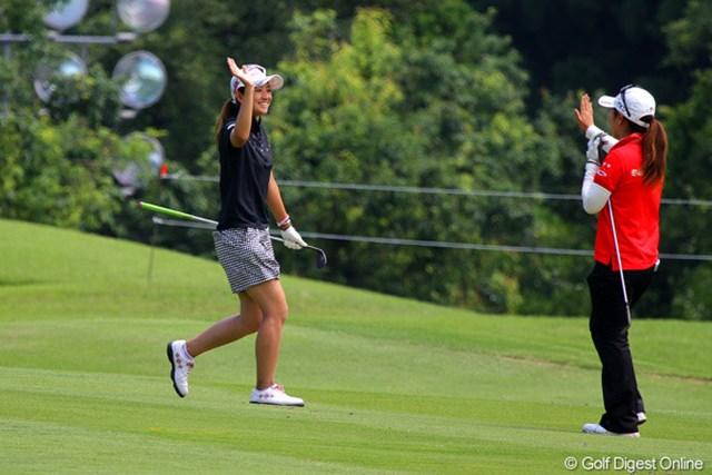 2012年 日医工女子オープンゴルフトーナメント 事前 斉藤愛璃 9番パー5でイーグルをマークし、同組でラウンドする笠りつ子と笑顔でハイタッチを交わす斉藤愛璃