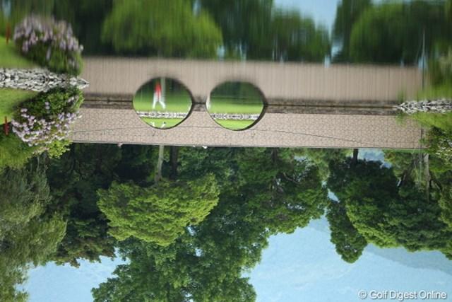 2012年 ミリオンヤードカップ 事前 17番ホール横橋 橋の向こうをボーッと歩く人。。このトリックわかります?