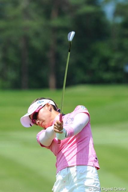 2012年 日医工女子オープンゴルフトーナメント 初日 有村智恵 なにをしてくれるの智恵ちゃん!1バーディ、2ボギーのらしくないプレーで、明日はトップの8時スタートやんか!46位T