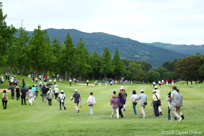 本来渡っちゃいけないところをどんどん渡ってしまうギャラリー達。日本人だけのほうがマナーがいいね。 2012年 ミリオンヤードカップ 初日 ギャラリー