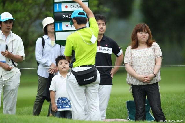2012年 ミリオンヤードカップ 最終日 ギャラリー ボードを持つ人を憧れの眼差しで見つめる男の子。。。はい!お母さん似です。