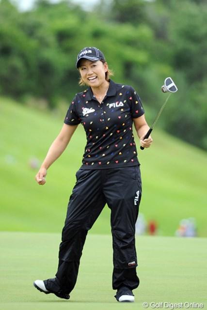 2012年 日医工女子オープンゴルフトーナメント 最終日 原江里菜 アンダー・パーが5人しかいないという悪コンディションのなかで、ただ一人60台をマークして首位に肉薄しました~。笑顔の完全復活です~!2位