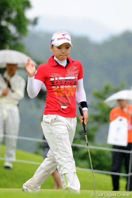 2012年 日医工女子オープンゴルフトーナメント 最終日 有村智恵 スコアは2つ落としたけど、順位は3つ上がって17位タイ。そんだけ厳しい試合やったっちゅうことですワ。バーディを2回とも撮ったけど、ご不満のご様子でした…。