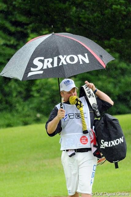 2012年 日医工女子オープンゴルフトーナメント 最終日 藤本麻子のキャディ 何ぼお腹がすいたからいうて、ヘッドカバーを食べんでも!雨の日のキャディ(藤本麻子のキャディ:ゲーリー)さんは両手だけでは足らんのですワ。