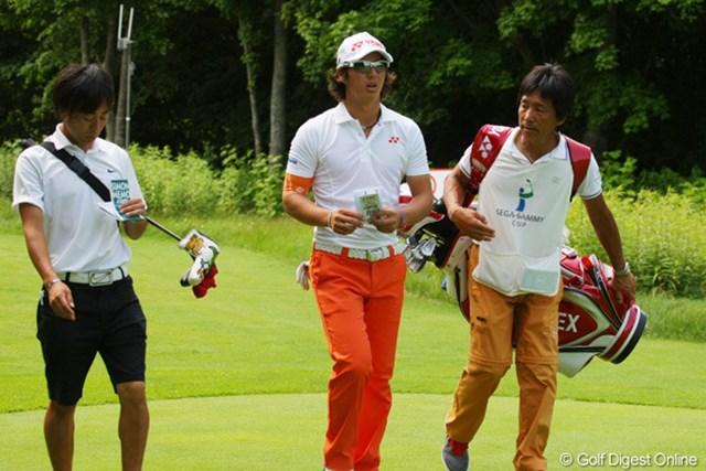 石川遼は今大会で初めてキャディに佐々木コーチ(右)を起用。エースの加藤キャディには客観的な視点からのアドバイスを請う。