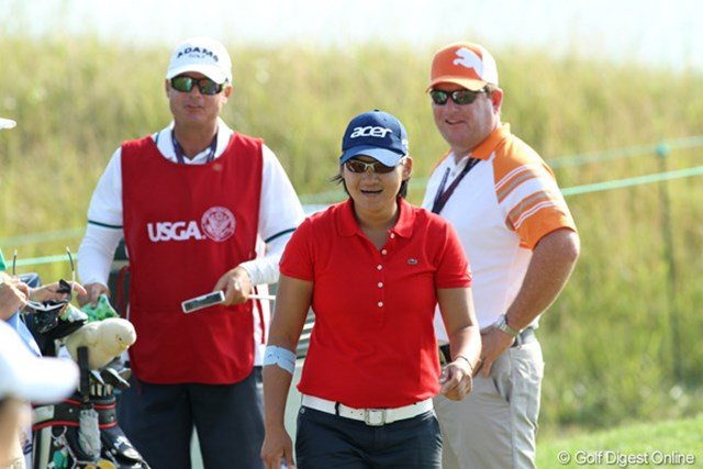 2012年 全米女子オープン 2日目 ヤニ・ツェン スタート前にコーチのギルクリスト氏(右奥)とキャディを挟んでリラックスモード。復調のきっかけはつかめてる?