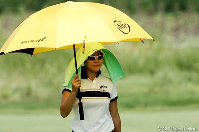 2012年 全米女子オープン 2日目 暑さ対策(ソ・ヒキョン) 日傘+クーリングタオルで、暑さ対策は万全。紫外線対策もバッチリだ