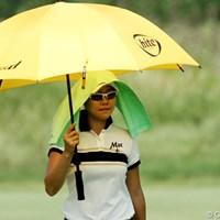 日傘+クーリングタオルで、暑さ対策は万全。紫外線対策もバッチリだ 2012年 全米女子オープン 2日目 暑さ対策(ソ・ヒキョン)