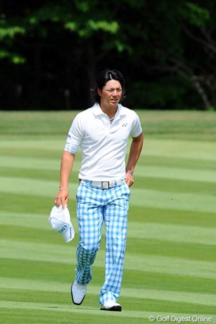 さっすがはスターの遼君や!ギャラリーが増えた土曜日に、6バーディ、ノーボギーの完璧なゴルフをするんやもん!ところで、しょっちゅう帽子を脱ぐのは、日焼けのラインを気にしてのことやという噂はホンマですかァ~!首位と3打差の10位T