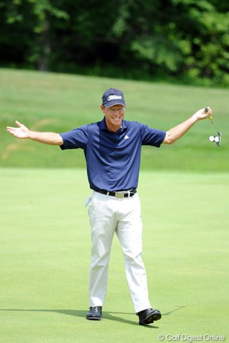 今日、一番派手なポーズを披露してくれたんでUPです。バーディパッとを外して「オ~なんてこったい!」ちゅうようなことを叫んではりました~。大人しそうな顔してるけど、結構熱い人なんですなァ~!19位T 2012年 長嶋茂雄 INVITATIONAL セガサミーカップゴルフトーナメント 3日目 スティーブン・コンラン