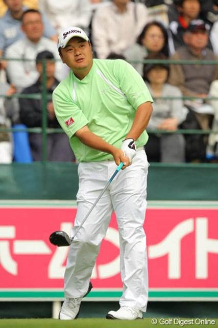 上がり2ホール連続バーディで首位タイに浮上した小田孔明