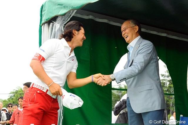 2012年 長嶋茂雄 INVITATIONAL セガサミーカップゴルフトーナメント 最終日 石川遼 イ・キョンフンに逃げ切られ、3位に終わった石川遼は長嶋茂雄・大会名誉会長に勝利の報告が出来なかった。