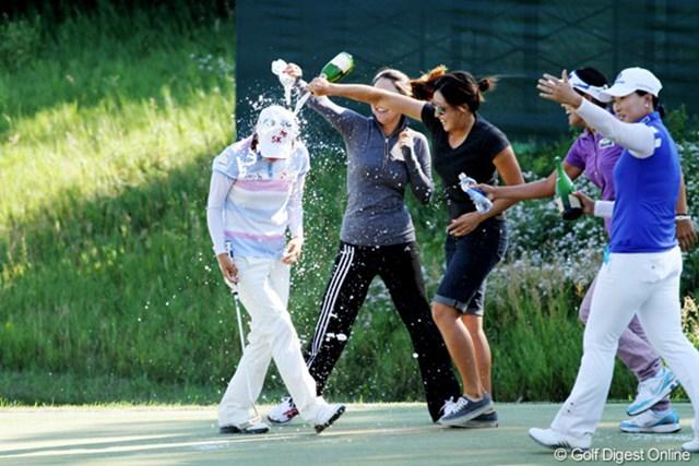 2012年 全米女子オープン 最終日 チェ・ナヨン チェ・ナヨンが勝利を決めた18番グリーン上、待ち受けていた朴セリら仲間たちから手荒い祝福を受ける