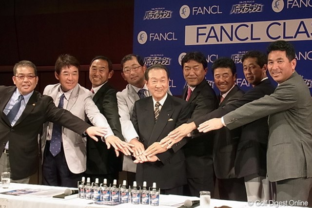 """2012年 ファンケルクラシック 記者発表会 この日都内で行われた記者発表には、出場予定の7名の代表選手が登壇。会場ではゴルフのプレーに負けない""""熟練のトーク""""で会場を沸かせた。"""