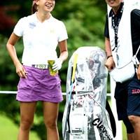 今日はとても暑いとはいえない天気ですがミニスカートで頑張る愛ちゃん 2012年 スタンレーレディスゴルフトーナメント 事前 木戸愛