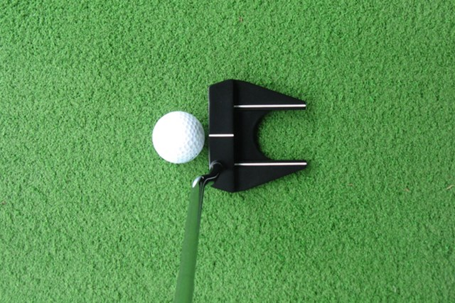 新製品レポート オデッセイ メタルX  #7 NO.2 ヘッド後方のくぼみがボールと同じ大きさなので、ストロークをイメージしやすい