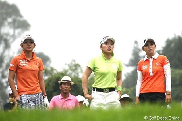 2012年 スタンレーレディスゴルフトーナメント 2日目 斉藤愛璃、有村智恵、横峯さくら 悪天候の中でも大ギャラリーを引き連れた3人。斉藤愛璃には1ラウンド以上の価値が