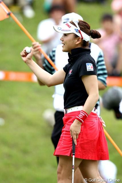"""2012年 スタンレーレディスゴルフトーナメント 最終日 有村智恵 アルバトロス、ホールインワンを達成する""""派手な勝ち方""""を見せた昨年に続き、有村は短期決戦も制した。"""