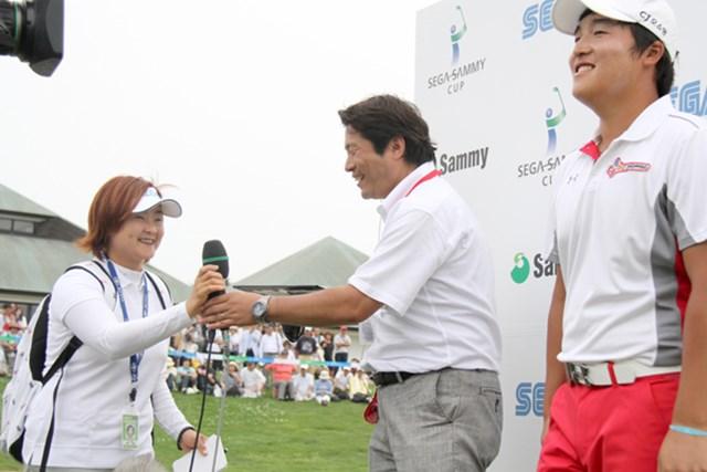 2012年 プレーヤーズラウンジ 日本でプレーする韓国選手たちにとって、いまや欠かせない存在となっている伊井祥薫(いい・しょうくん)さん(左)