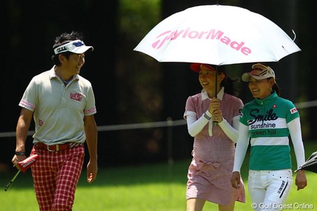 夫の石田純一は横峯さくらと同組でプレー。炎天下の中、東尾理子は18ホールを帯同した