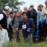 スウェーデンのフレドリック・ヤコブソンと話すレフリーの山中博史氏。 2012年 全英オープン 2日目 山中博史JGTO専務理事