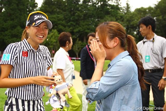 2012年 サマンサタバサ ガールズコレクション・レディーストーナメント 最終日 木戸愛 有村智恵 グリーンサイドで待っていた有村先輩号泣でした。