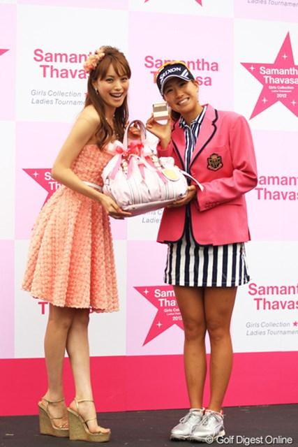 2012年 サマンサタバサ ガールズコレクション・レディーストーナメント 最終日 木戸愛 エビちゃんから優勝副賞のサマンサタバサのバッグ贈呈です。それにしても木戸ちゃん、エビちゃんに負けず劣らずのスタイルですよね。