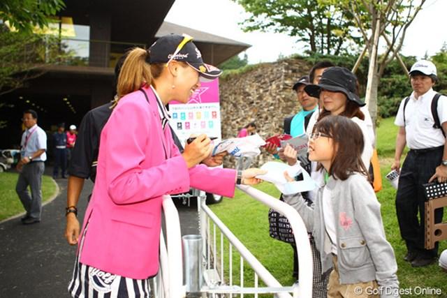 2012年 サマンサタバサ ガールズコレクション・レディーストーナメント 最終日 木戸愛 愛らしい笑顔と本当に丁寧な対応で、会場に訪れたギャラリーの方々は、一発で木戸ちゃんのファンになっちゃうんですよねぇ。