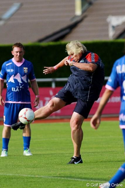 見た目は動けなさそうなローラは、サッカーボールを見ると華麗な脚裁きを見せて観客を喜ばせた