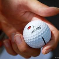 マーク=パク・ヒヨンのボールマークは三角形。他の選手と同じにならないようにとキャディが考えたとか 2012年 エビアンマスターズ 2日目 マーク