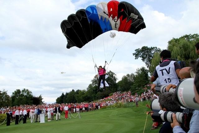 表彰式恒例のパラシュート降下ショー。優勝者の国旗を持って降りてくる