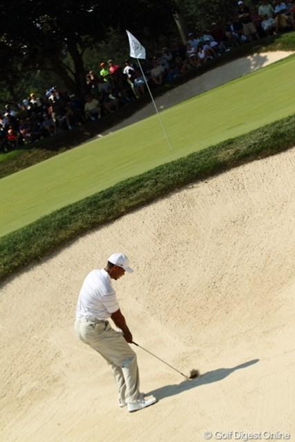 2012年 WGCブリヂストンインビテーショナル 初日 タイガー・ウッズ 超インパクトの瞬間。当たり前だけどやっぱり砂を先に打つのね。まだ球が見えないもん。