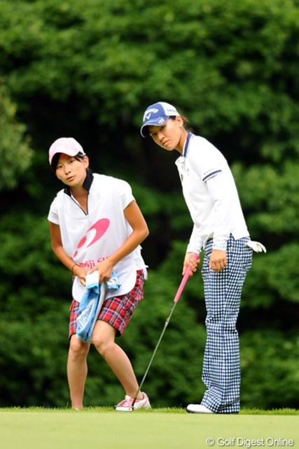 2012年 meijiカップ 2日目 藤田光里(右)&藤田美里 絶妙なコンビネーションを見せた藤田姉妹。最終日は5位タイの好位置から上位フィニッシュを目指す