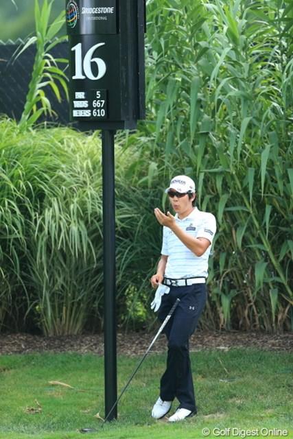2012年 WGCブリヂストンインビテーショナル 3日目 キム・キョンテ 俺も待つなら日陰。しかも手に汗かいちゃうから乾かしとかないと。