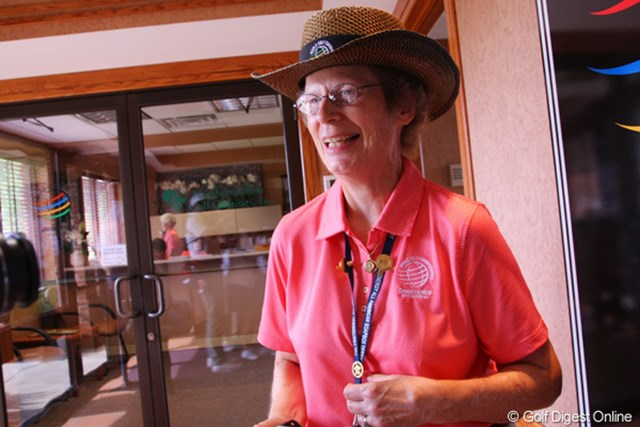 ファイヤーストーンCCでボランティアを務めるバーバラ・ディートリッヒさん。胸のストラップには勤続50年などの金バッジが光る。
