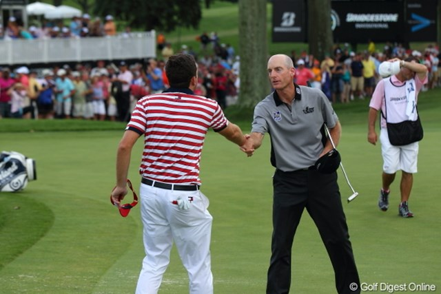 最終18番で握手を交わしたブラッドリー(左)とフューリック。両者が得たもの、失ったものは・・・