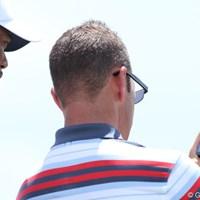練習場でスイングを撮影しチェックするタイガー・ウッズとコーチのショーン・フォーリー 2012年 全米プロゴルフ選手権 事前 タイガー&フォーリー