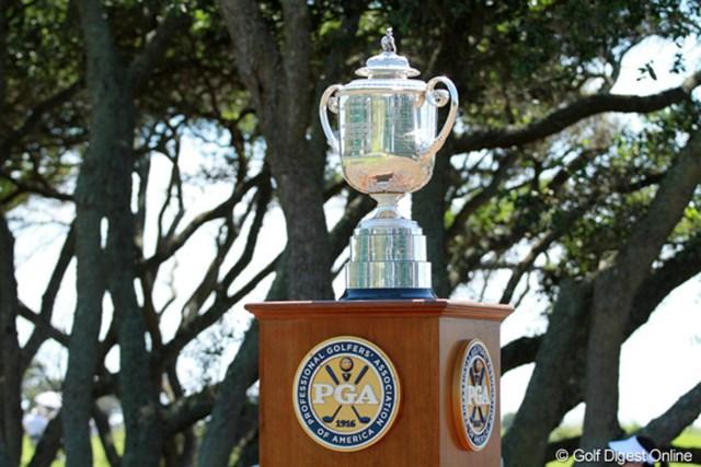 2012年 全米プロゴルフ選手権 初日 ワナメーカー・トロフィー 1番のティグラウンドに鎮座するトロフィー。誰の手に渡るのだろう