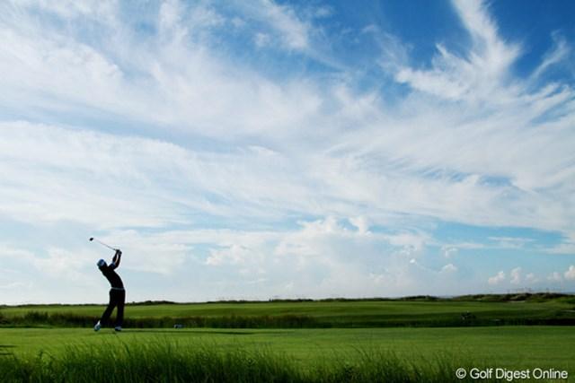 2012年 全米プロゴルフ選手権 初日 雲 日中晴れ渡った木曜日、気温と湿が急上昇。選手たちにもギャラリーにも厳しい1日となった