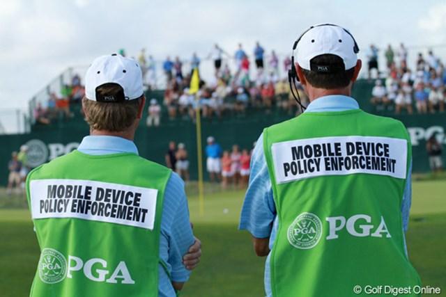 2012年 全米プロゴルフ選手権 初日 取締官 携帯電話を持ち込んでも良いが、撮影や指定場所意外での通話は禁止。違反するとこの人たちがやってきます