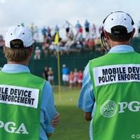 携帯電話を持ち込んでも良いが、撮影や指定場所意外での通話は禁止。違反するとこの人たちがやってきます 2012年 全米プロゴルフ選手権 初日 取締官