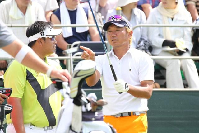 タイの新鋭キラデク・アフィバーンラト(左)との会話ももちろん、得意のタイ語で。後半戦は、三カ国語を操る異色のプロゴルファー塚田の活躍に注目だ!!