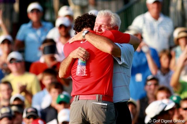 2012年 全米プロゴルフ選手権 最終日  ハグ ホールアウト後、父・ゲリーさんと抱き合うマキロイ