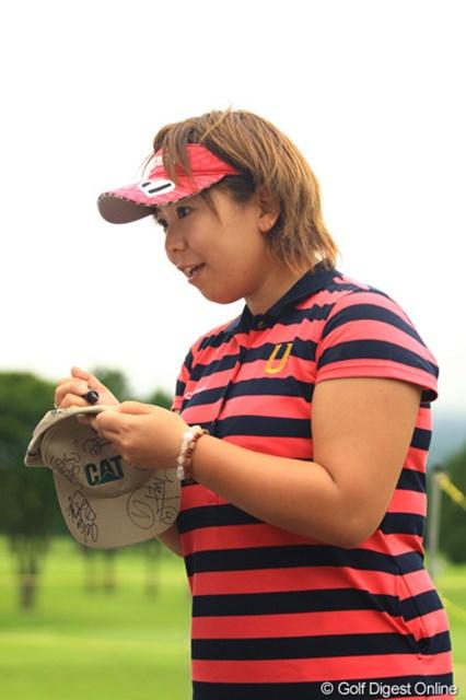 2012年 CAT Ladies 事前情報 吉田弓美子 前週のチャンピオンは、早速たくさんサインをねだられ人気者です。