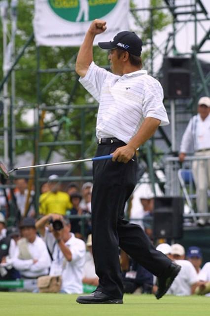 2003年 日本ゴルフツアー選手権 最終日 伊沢利光 優勝を決め、力強いガッツポーズを見せた
