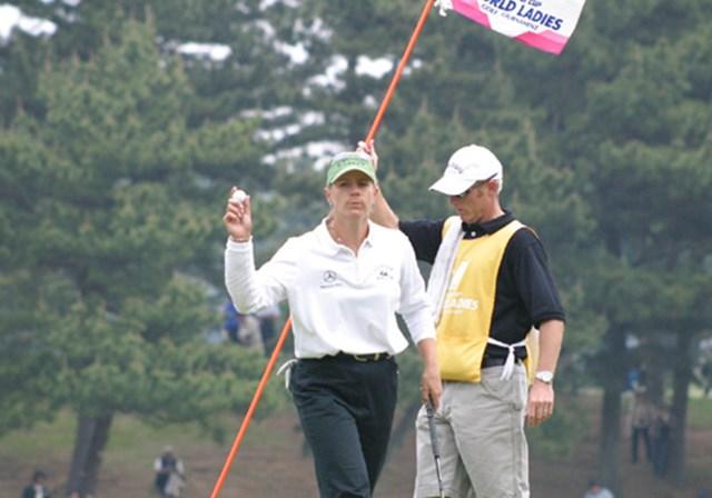2003年 ニチレイカップ 最終日 アニカ・ソレンスタム 夫デビッドをキャディに従えるアニカ・ソレンスタム