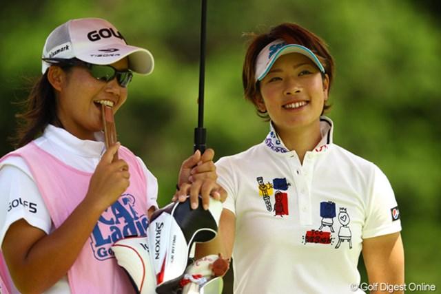 2012年 CAT Ladies 最終日 森田理香子 優勝は逃してしまいましたが、最近はいtも明るい表情でゴルフしてるので、次はやってくれると思いますよ。あっ、キャディさん扇子食べないでね。